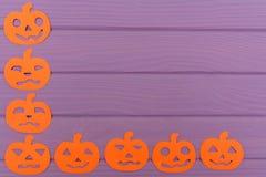 Halloween arrincona el marco con diversas siluetas del papel de la calabaza Imagenes de archivo