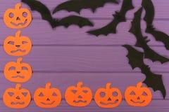 Halloween arrincona el marco con las siluetas y los palos del papel de la calabaza Imágenes de archivo libres de regalías