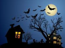 Halloween bakgrund med det spökade huset, slagträn och Royaltyfri Bild