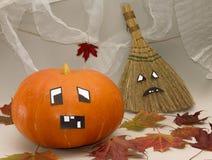 halloween Bania i miotła z śmiesznymi twarzami Obrazy Stock