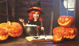halloween barnflickahäxa som förbereder dryck i kittel med p Royaltyfri Fotografi