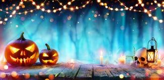 Halloween Bawi się I Zawiązuje światła Na stole - Jack O ` lampiony zdjęcie royalty free