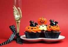 Halloween bawi się jedzenie z zredukowanym ręki szkłem na czerwonym tle. Zdjęcia Stock
