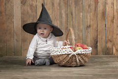 Halloween behandla som ett barn med korgen av äpplen Royaltyfria Bilder