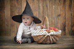 Halloween behandla som ett barn med korgen av äpplen Arkivfoton