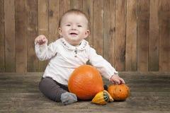 Halloween behandla som ett barn med pumpor Royaltyfria Foton