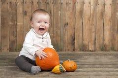 Halloween behandla som ett barn med pumpor Arkivbilder