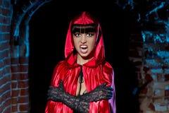 Halloween. Bloeddorstige Vampier Mooie Vrouw stock foto
