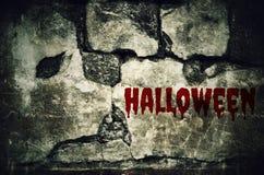 Halloween blutig auf schmutziger Backsteinmauer mit Weinlese und Vignette t stockbild