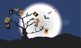 Halloween-Buchstaben auf blauem Hintergrund mit Baum lizenzfreie stockfotos