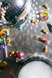 Halloween: Candy e fondo del partito con spazio aperto nel centro Fotografia Stock Libera da Diritti