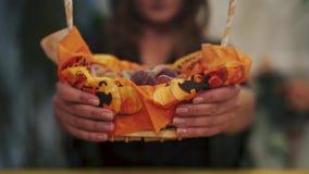 Halloween Close-up van snoepjesmand stock footage