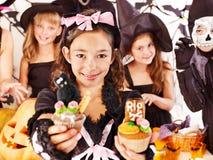 Halloween com as crianças que prendem o truque ou o deleite. fotografia de stock