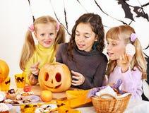 Halloween con i bambini che tengono trucco o ossequio. Fotografia Stock