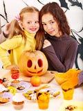 Halloween con i bambini che tengono trucco o ossequio. Fotografie Stock Libere da Diritti