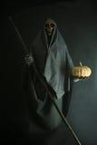 Halloween-concept en achtergrond, Boodschapper van dood met pompoen in Halloween, Spook met zwarte achtergrond royalty-vrije stock afbeelding