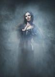Halloween-concept: jonge en sexy heks in de kerker stock fotografie