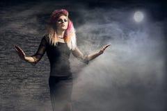 Halloween-concept: jonge en sexy heks in het maanlicht stock afbeeldingen
