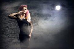 Halloween-concept: jonge en sexy heks in het maanlicht stock fotografie