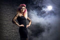 Halloween-concept: jonge en sexy heks in het maanlicht royalty-vrije stock fotografie