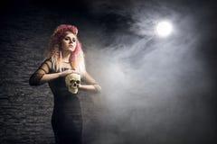 Halloween-concept: jonge en sexy heks in het maanlicht royalty-vrije stock afbeelding