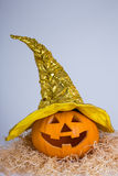 Halloween-concept - pompoen hefboom-o-Lantaarn in heksenhoed Royalty-vrije Stock Fotografie