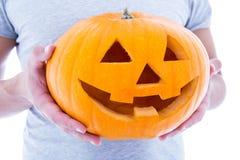 Halloween-concept - sluit omhoog van pompoen hefboom-o-Lantaarn in mannelijk h Stock Fotografie