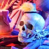 Halloween, cranio illuminato con luce rossa in una natura morta decorativa su Halloween fotografia stock