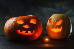 Halloween - cric-o-lanterne de potiron sur le fond noir Image libre de droits