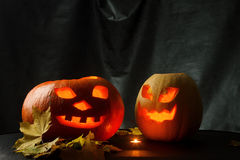 Halloween - cric-o-lanterne de potiron sur le fond noir Images stock