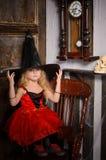 halloween czarownicy dziewczyna w czerwień czarnym kapeluszu i sukni Fotografia Royalty Free