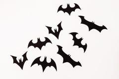 Halloween czerni papierowi nietoperze na białym tle Mieszkanie nieatutowy, odgórny widok obrazy stock