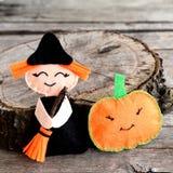 Halloween czuł czarownicy lalę i bani głowę blisko fiszorka Drewniany tło Obrazy Royalty Free