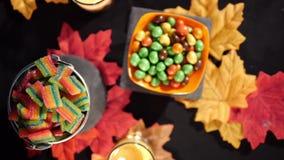 Halloween-dag met diverse suikergoedlengte stock footage