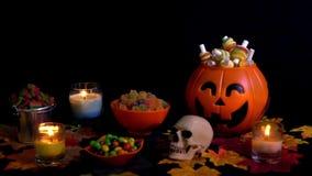 Halloween-dagthema met diverse suikergoedlengte stock video