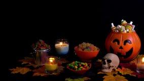 Halloween-dagthema met diverse suikergoedlengte stock footage