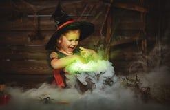 Halloween de heks die van het kindmeisje drankje in ketel voorbereiden Stock Fotografie