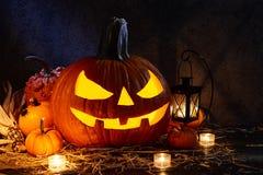 Halloween-de lantaarn van de pompoenhefboom in donkere schuur, vakantieconcept royalty-vrije stock fotografie