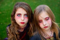 Halloween-de meisjes blauwe ogen van het make-upjonge geitje in openluchtgazon royalty-vrije stock afbeelding