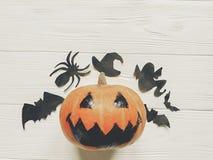 Halloween de pompoen van de hefboomlantaarn met de knuppels en de spin van het heksenspook Stock Afbeelding