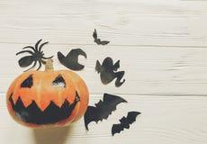 Halloween de pompoen van de hefboomlantaarn met de knuppels en de spin van het heksenspook Stock Foto