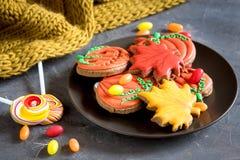 Halloween-de snoepjes van Halloween van het voedselconcept op plaat en suikergoed op Feestelijke Peperkoek als achtergrond Horizo Stock Foto