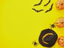 Halloween-Dekoration auf gelbem Hintergrund stockbild