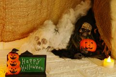 Halloween-Dekoration auf Wandhintergrund lizenzfreie stockbilder