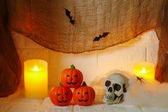 Halloween-Dekoration auf Wandhintergrund Stockbild