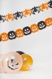 Halloween-Dekoration mit sacary Ballonen und Kürbisen Lizenzfreies Stockfoto