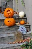 Halloween-Dekorationen auf den vorderen Jobstepps lizenzfreies stockbild