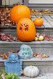 Halloween-Dekorationen auf den vorderen Jobstepps lizenzfreie stockfotos