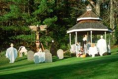 Halloween-Dekorationen und -charaktere auf Rasen, Weg 100, Vermont Stockfoto