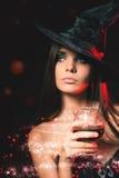 Halloween deltagare Allhelgonaaftondräkter arkivbild